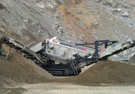 南方路机NFS550履带移动重型筛分站 应用于云南矿山前端除泥这首歌项目