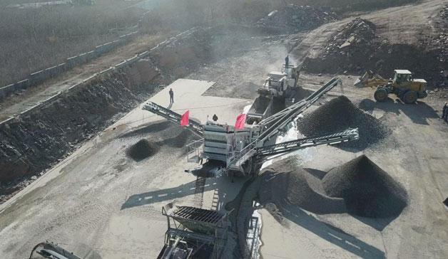南方路机履带反击式破碎筛分线应用于山东临沂路桥施工中碎石骨料破碎